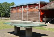 Tischtennisplatte und Waschhaus